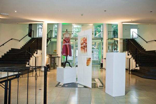 Centre_Culturel_Hall_d_Accueil_avec_une_Exposition.jpg