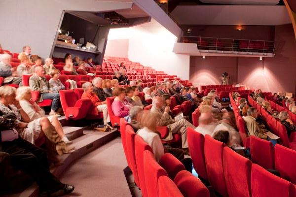 Centre_Culturel_Salle_de_Spectacle_avec_des_Spectateurs.jpg