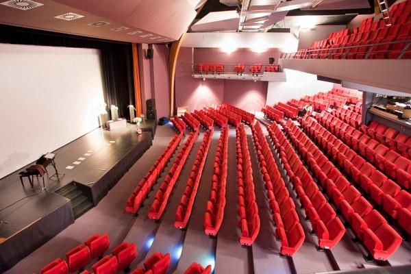 Centre_Culturel_Salle_de_Spectacle_Vide.jpg